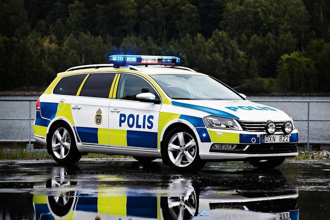 BLÅGUL TYSK Så här ser den ut – den nya tyska svenska polisbilen, Volkswagen Passat. Den finns också i en civil version som ska vara omöjlig att upptäcka. På den är alla antenner och annat polisiärt gömt.