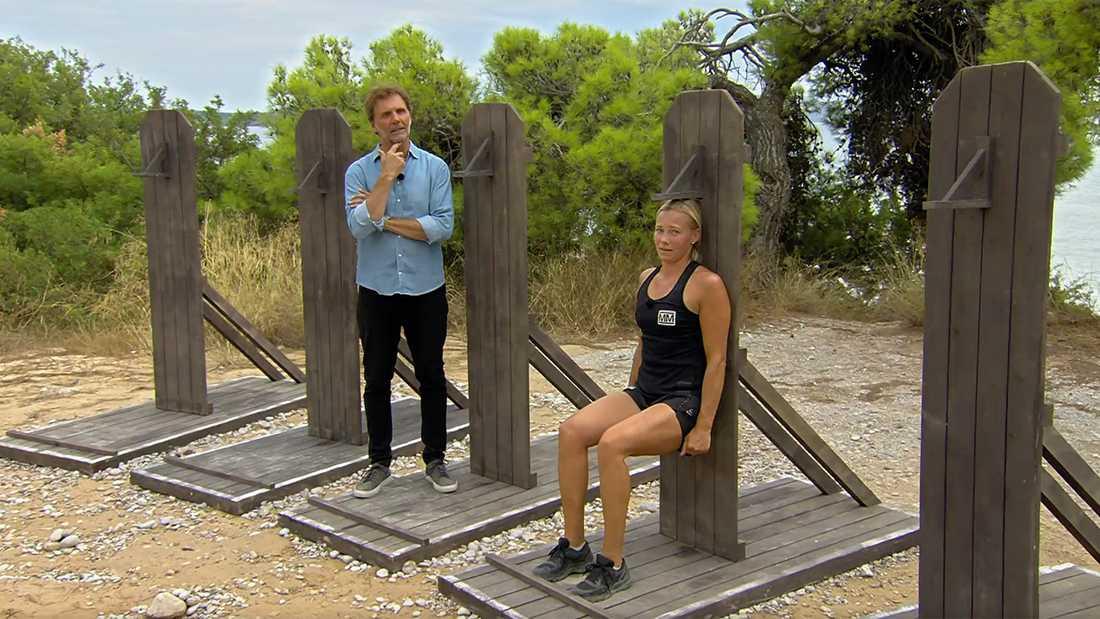 Frida Hansdotter låter programledaren Micke Leijnegard vänta.
