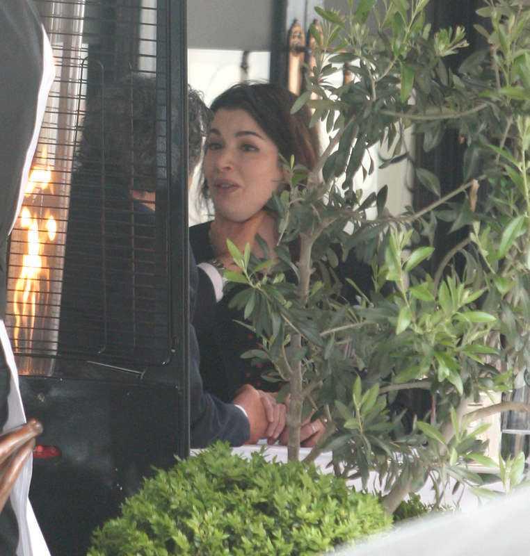 Den 16 juni spred sig bilder över hela världen på makarna Nigella Lawson och Charles Saatchi från en restaurang i London. Charles tar strypgrepp på Nigella och en stund senare går hon gråtandes därifrån.