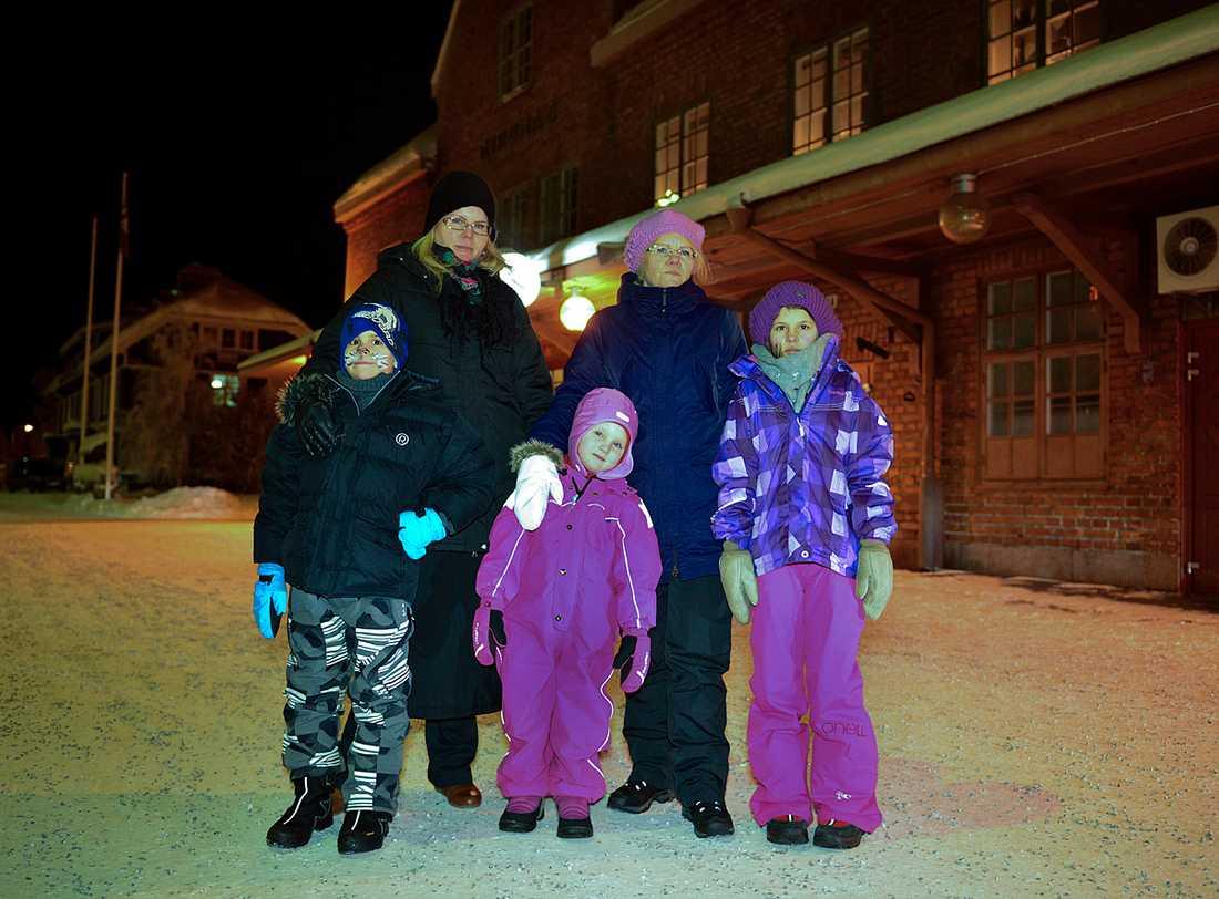 Lämnade åt sitt öde. Petra Mörtvik och systern Pernilla lämnades tillsammans med barnen Elvira, 4, Yosef, 7, och Sarida, 9, i Boden i två timmar när Norrtåg inte lyckades hitta någon ersättningsbuss åt deras inställda tåg.