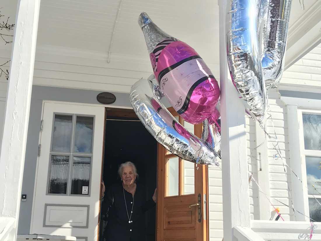 Barnbarnet Henrik Lekman överraskade mormor Carin med ballonger och tårta.