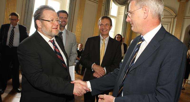 ANSÖKER Islands utrikesminister Össur Skarphéðinsson lämnar över landets ansökan om EU-medlemskap till EU:s ordförandeland Sverige och utrikesminister Carl Bildt.