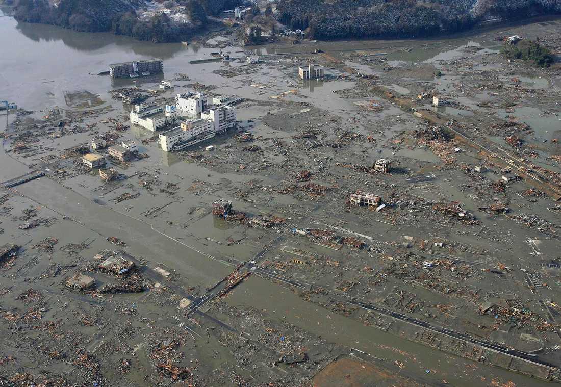 MINAMISANRIKU EFTER Hamnstaden har 17000 invånare. Mer än hälften, 10000, saknas efter flodvågen. Militären har lyckats lokalisera 7 500 personer som har evakuerats till härbärgen. I nuläget ligger hela staden i ruiner. Det är bara det nybyggda sjukhuset som har klarat sig. Vattenmassorna uppges ha stigit upp till fjärde våningen när tsunamin slog till.