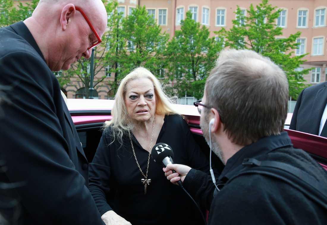 Skådespelarikonen blev uppvaktad av beundrare och press så snart hon klev ur sin rosa limousine.