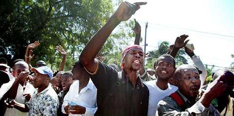 """ilskan Men människorna i Port-au-Prince verkar inte nöjda med organiserings-försöken. """"Regeringen har stulit folkets pengar"""", ropar Hermann Othello, i mitten av demonstranterna på stadens gator."""
