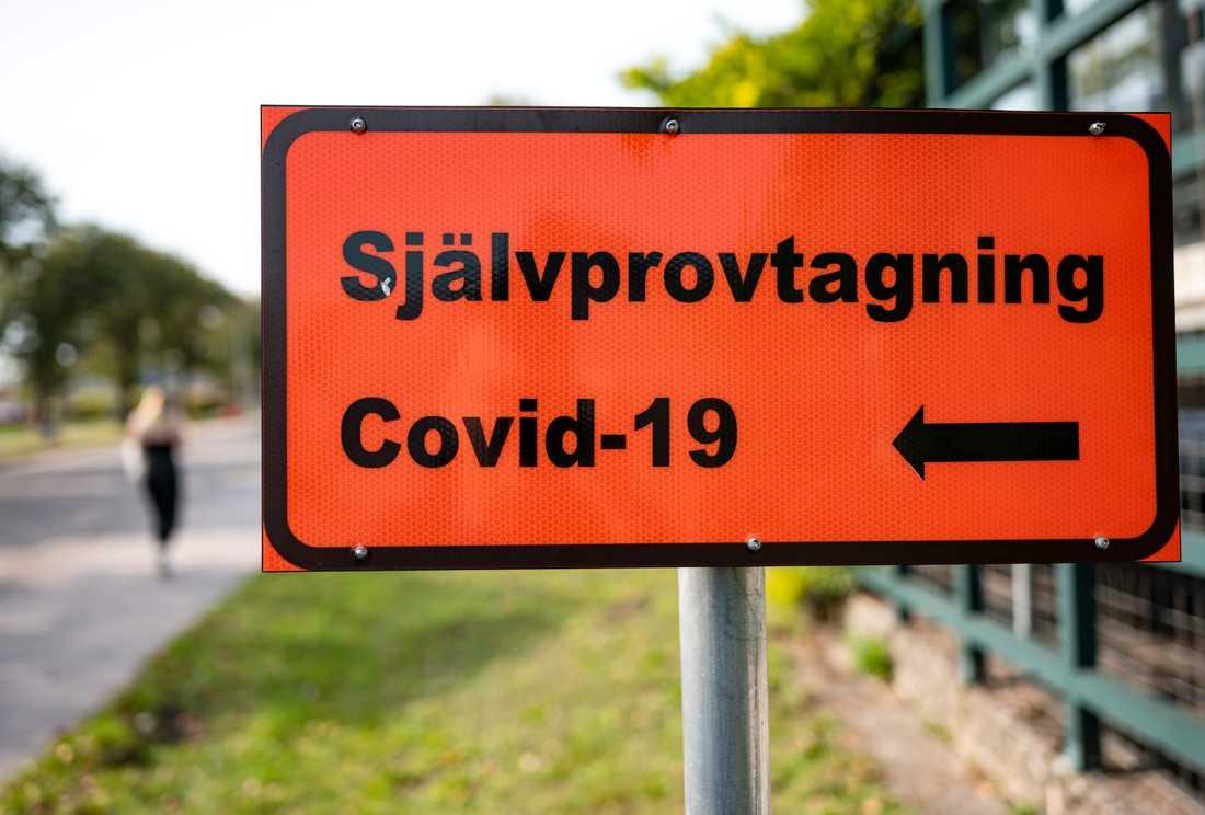 Skylt visar vägen till självprovtagning för covid-19 vid Hallands sjukhus i Halmstad. Arkivbild.