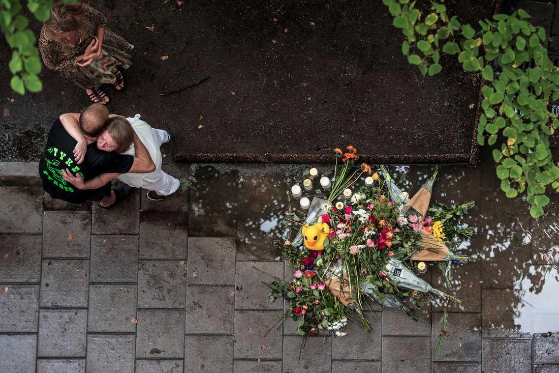 Katarina Söderberg får en kram vid minnesstunden för hennes 20-årige son Eric Torell. Eric, som hade Downs syndrom, sköts ihjäl av polisen i centrala Stockholm den 2 augusti 2018 när han viftade med en leksakspistol. Eric Torell hyllades också med en stor mc-kortege genom Stockholm.