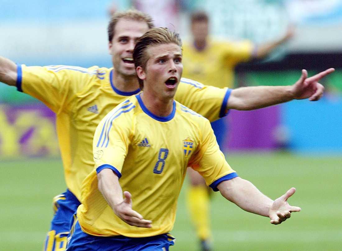 Anders Svensson jublar efter det klassiska frisparksmålet mot Argentina i VM 2002.