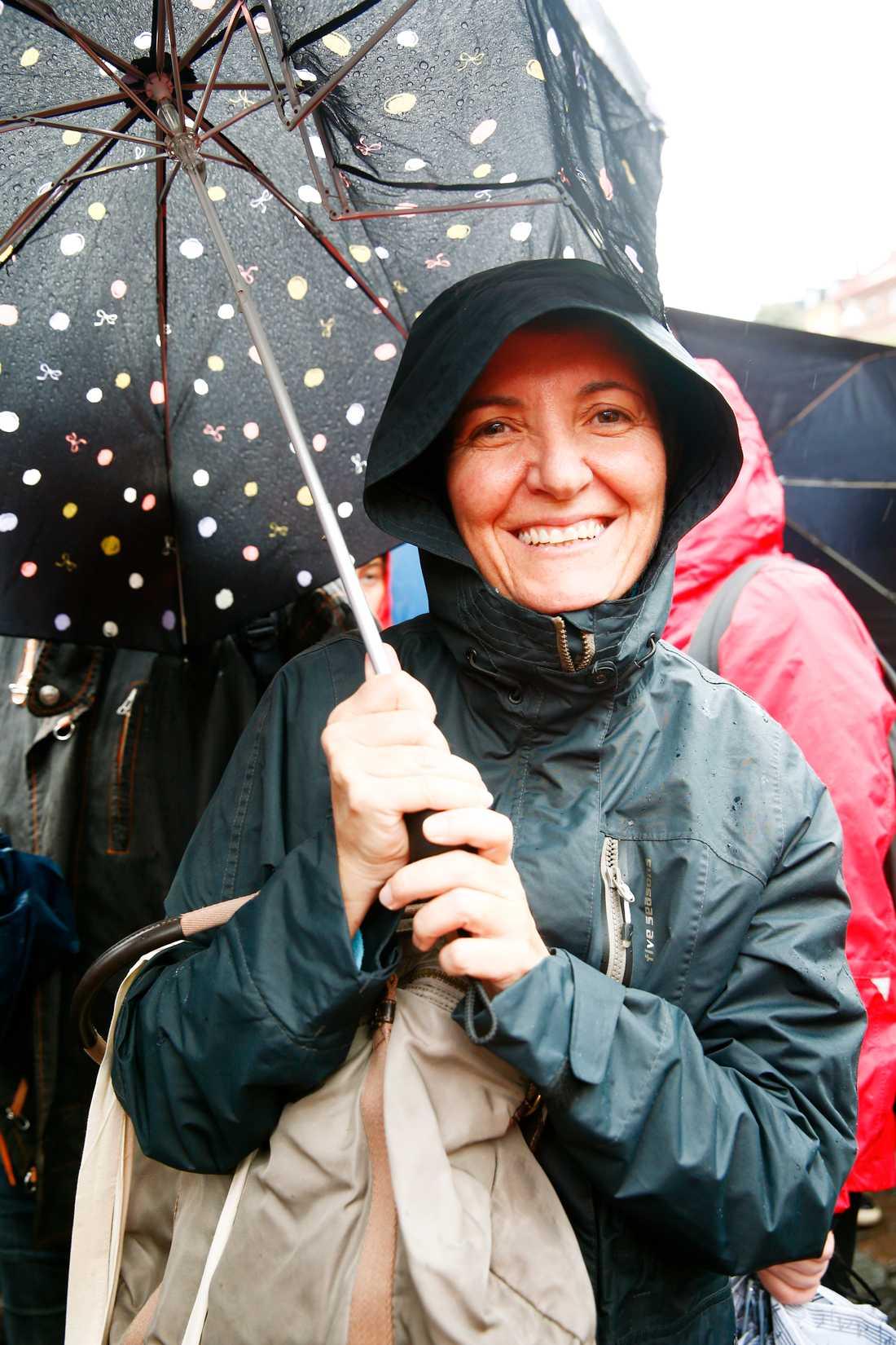 Daniela Papalardo, 46, Salerno i Italien. – Jag har följt situationen genom nyheterna och jag tycker att gränserna borde öppnas. Jag tycker verkligen att alla flyktingar borde välkomnas till Europa.