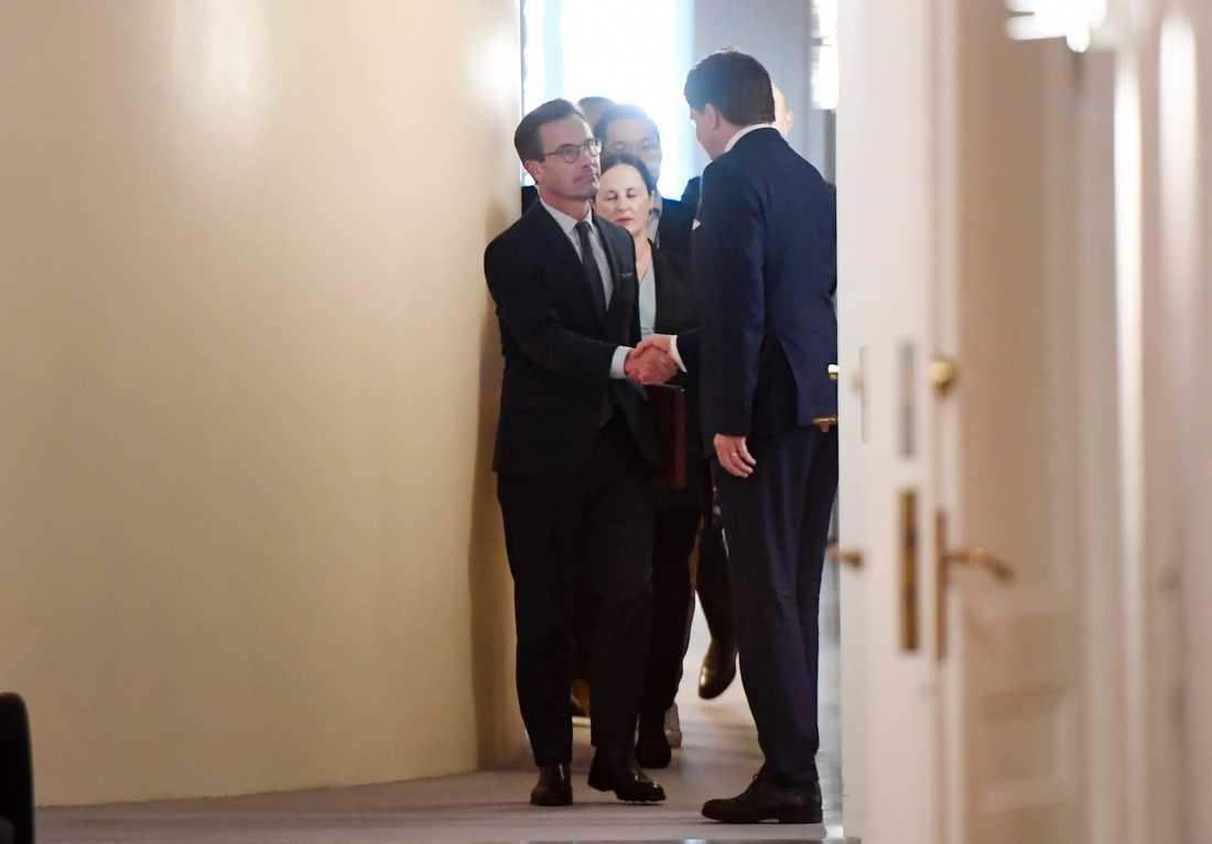Ulf Kristersson anländer till talmannen.