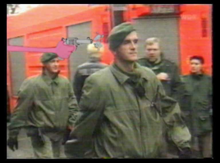 Den tyska mördarligan hade gjort egna filmer där de dokumenterade sina mord. Rosa pantern dök upp i deras filmer, här skjuter han mot en tysk polis.