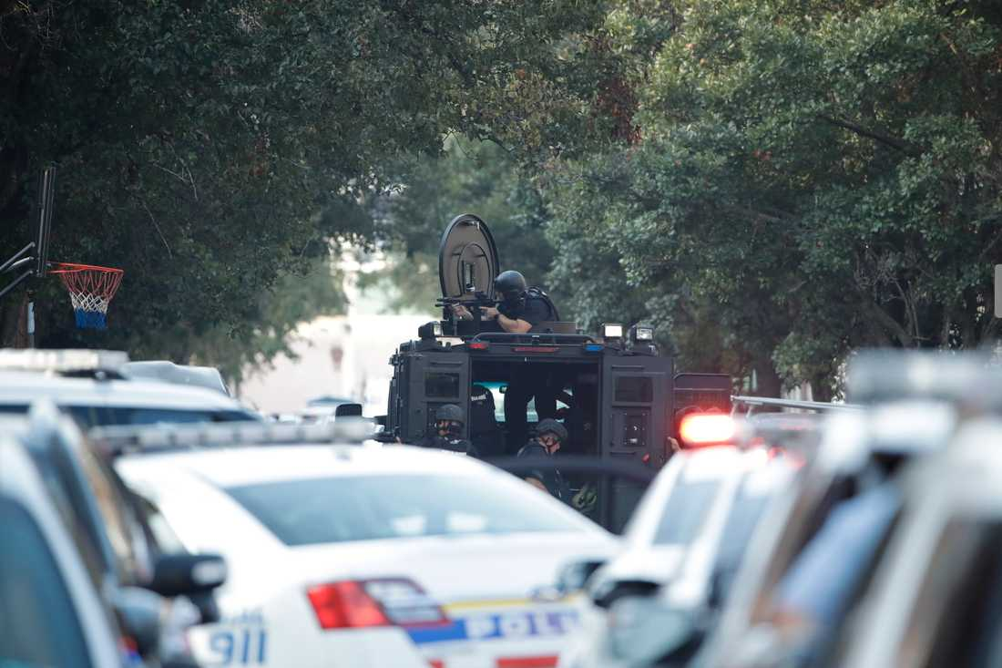 Polisens specialinsatsstyrka på plats vid fastigheten.