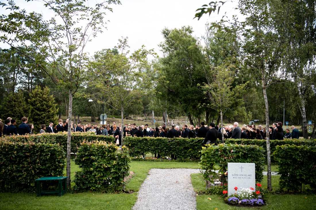 Omkring 150 anhöriga, vänner och klasskamrater närvarade vid jordfästningen av Peter Plax.