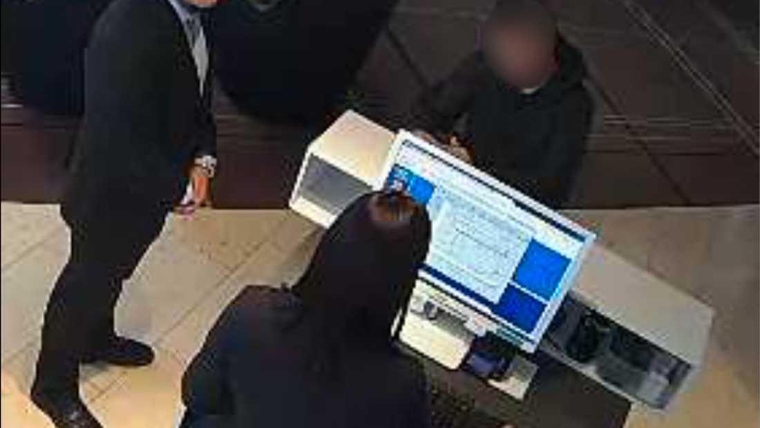 En av männen checkar in på Upper House, den femstjärniga delen av hotell Gothia Towers i Göteborg.