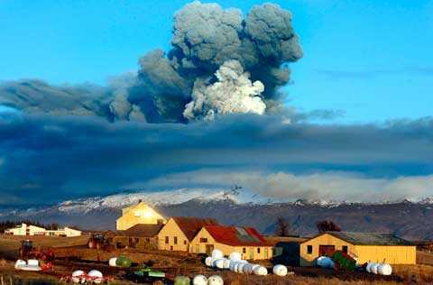 """väskorna redo Vulkanutbrottet på Island har gjort många grannar till vulkanen isolerade. Svenske Niklas och hans fru Halla och deras tre barn har alltid väskorna packade och redo. """"Det värsta är om broarna går sönder och vulkanen Katla får utbrott. Då kommer vi ingenstans. Det är nog det värsta som kan hända"""", säger Niklas."""