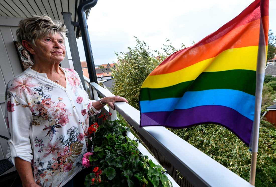 Marianne Jarevik har satt upp en prideflagga på sin balkong i Sölvesborg.