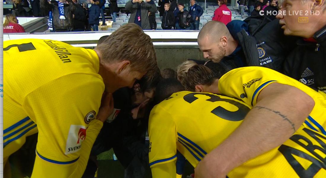 Spelarna kollar hur det går i Jönköpings match på en liten skärm