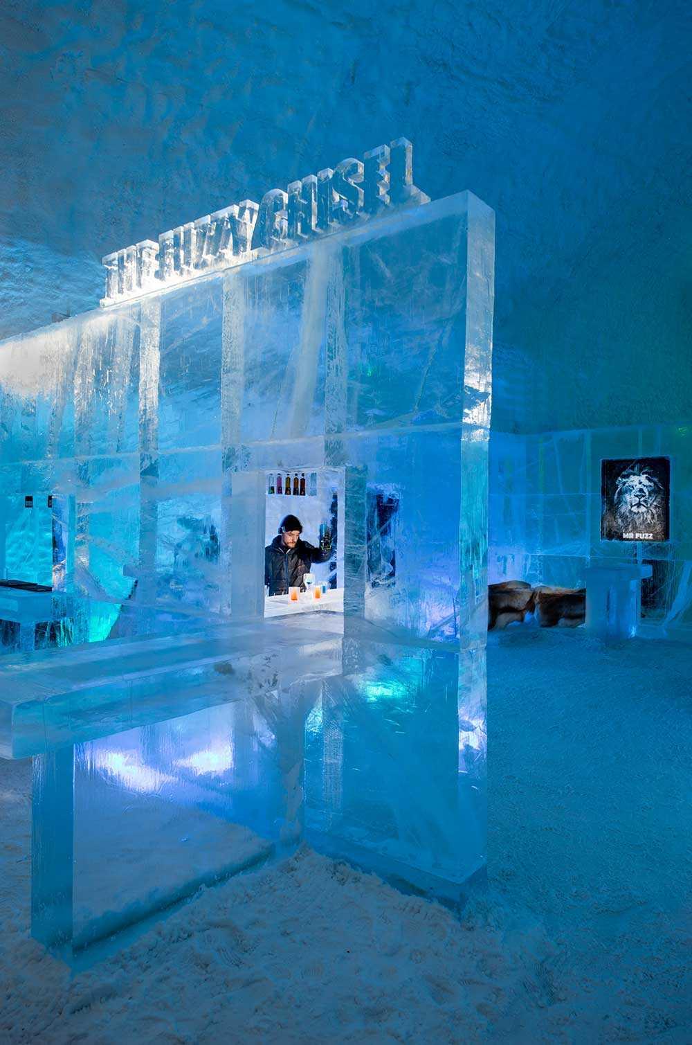 """Isbaren på Icehotel i Jukkasjärvi. """"The Fuzzy Chisel"""" är skapad av Jens Thoms Ivarsson, Karl-Johan Ekeroth, Elin Julin och Håkan Jutblad."""