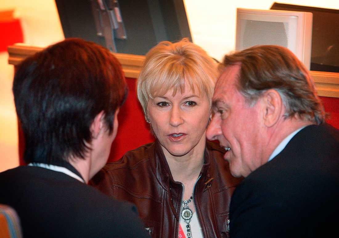 Margot Wallström bollar gärna svåra frågor med Jan Eliasson. Här syns de tillsammans med Mona Sahlin på Socialdemokraternas extrakongress 2007.