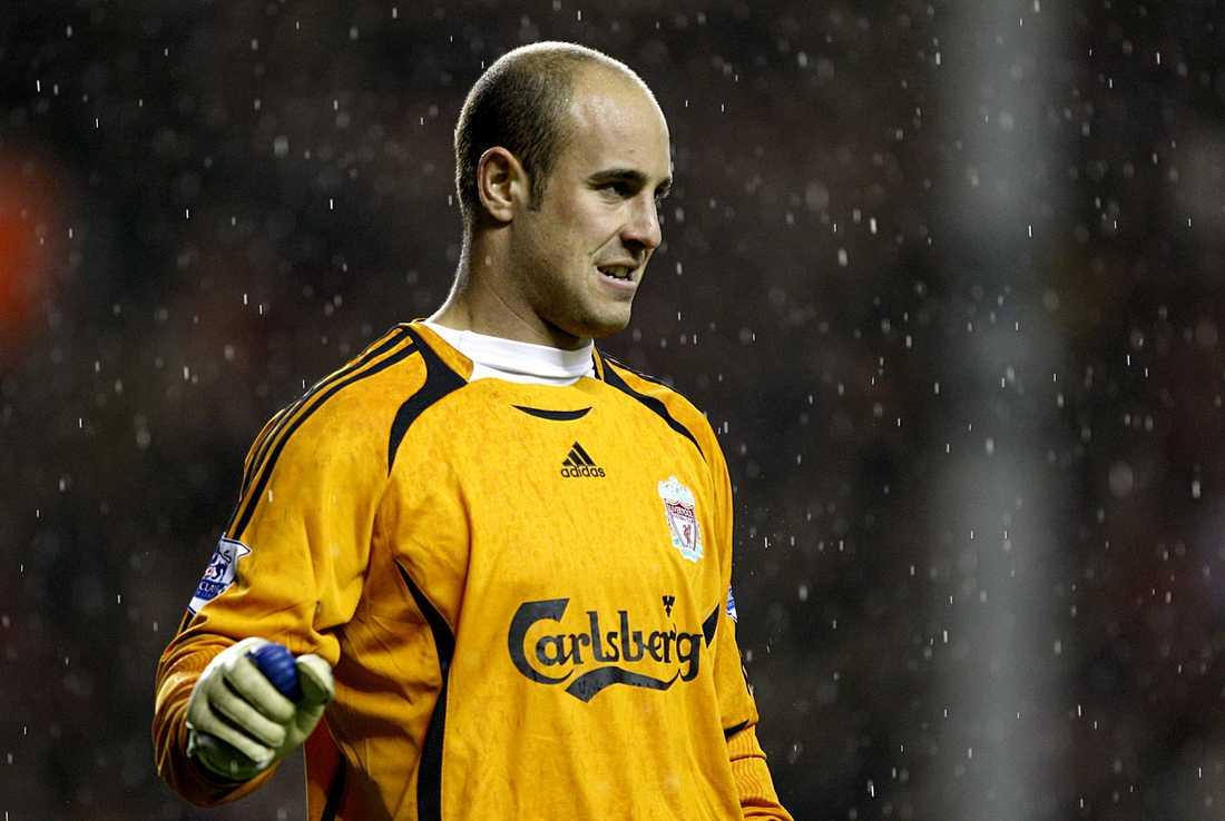 Liverpools målvakt Pepé Reina myser i regnet på Anfield.
