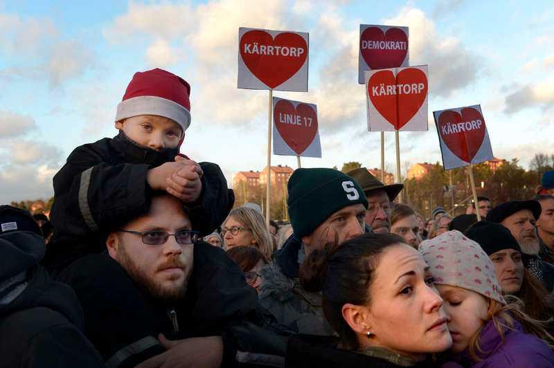2 DECEMBER, KÄRRTORP I SÖDRA STOCKHOLM 16 000 människor samlades i Stockholmsförorten Kärrtorp för att visa sin avsky mot rasism och nazism. Demonstrationen hölls en vecka efter att nazister attackerat en fredlig demonstration mot rasism på samma plats.