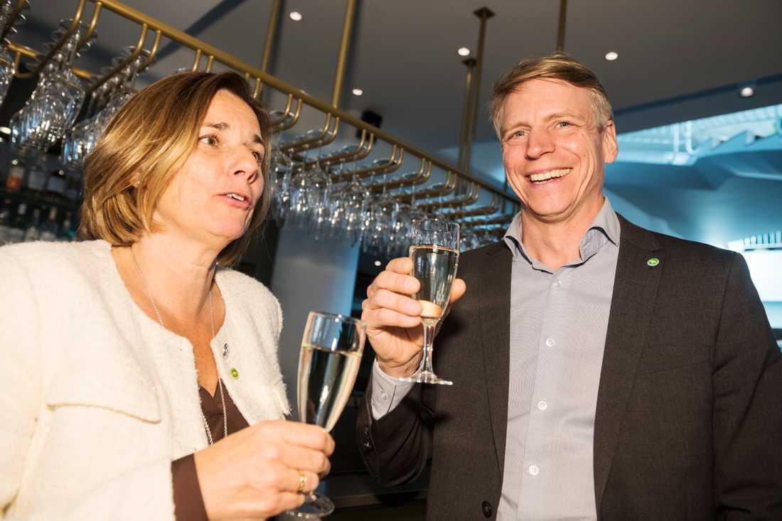 Isabella Lövin och Per Bolund skålar efter att Bolund valts till språkrör i Miljöpartiet.