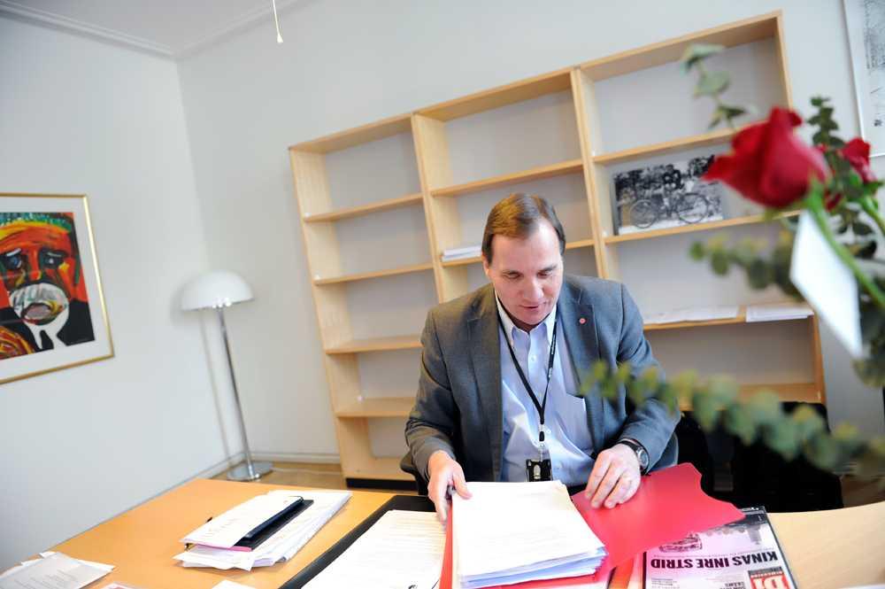 Nye S-ledaren Stefan Löfven sitter vid sitt skrivbord.