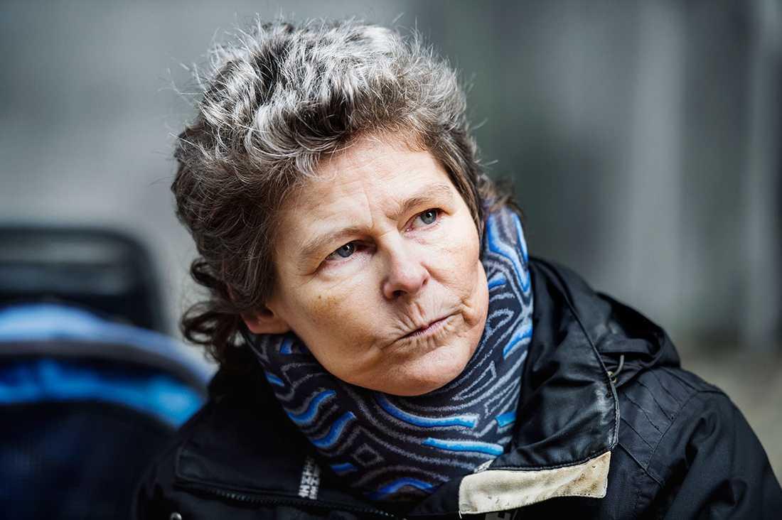 """""""Förut levde jag som andra. Nu har jag bara skälig levnadsnivå"""", säger Beate Blümel, 52, sedan hon förlorade sin personliga assistans och den ersattes med hemtjänst."""