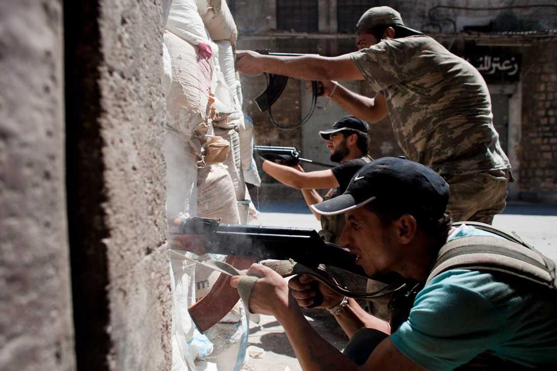 Rebellerna i strider med prickskyttar från de syriska regeringstrupperna i Aleppo.