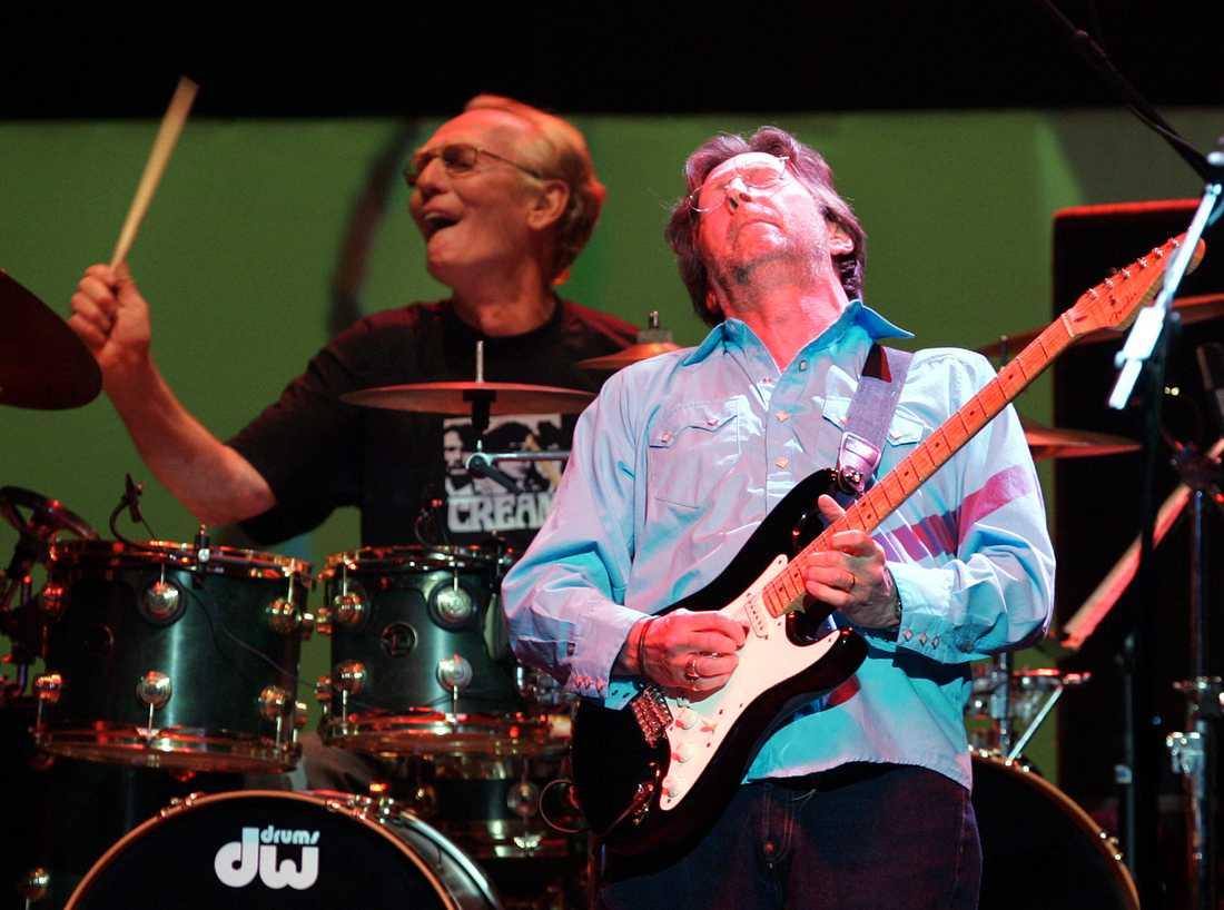 Ginger Baker bakom sina trummor och gitarristen Eric Clapton vid bandet Creams reunion på Royal Albert Hall, London, år 2005.