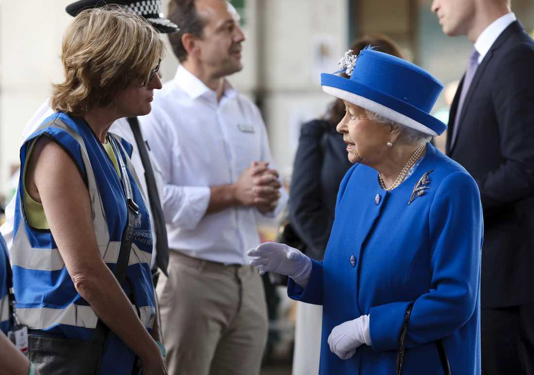 Drottning Elizabeth II besöker brandplatsen.