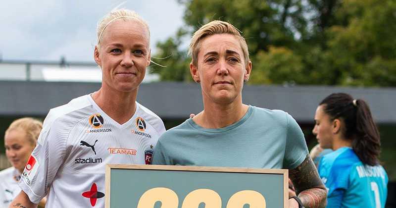 Caroline Seger med sportchefen och bästa vännen Therese Sjögran.