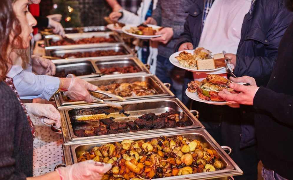 Det serveras mat och arrangeras aktiviteter under hela julafton.