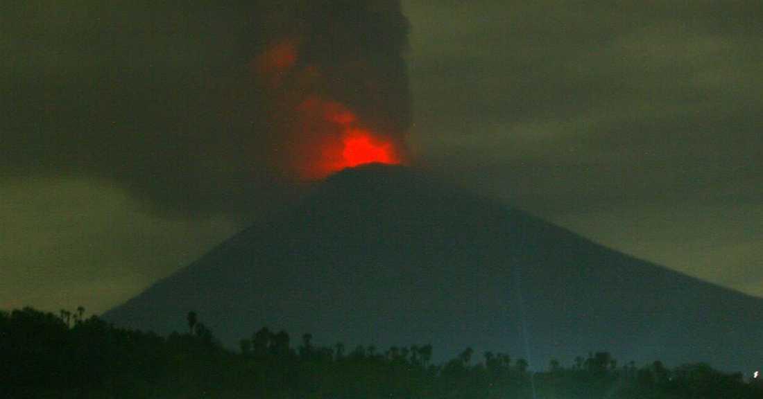 Vulkanen sprutar lava