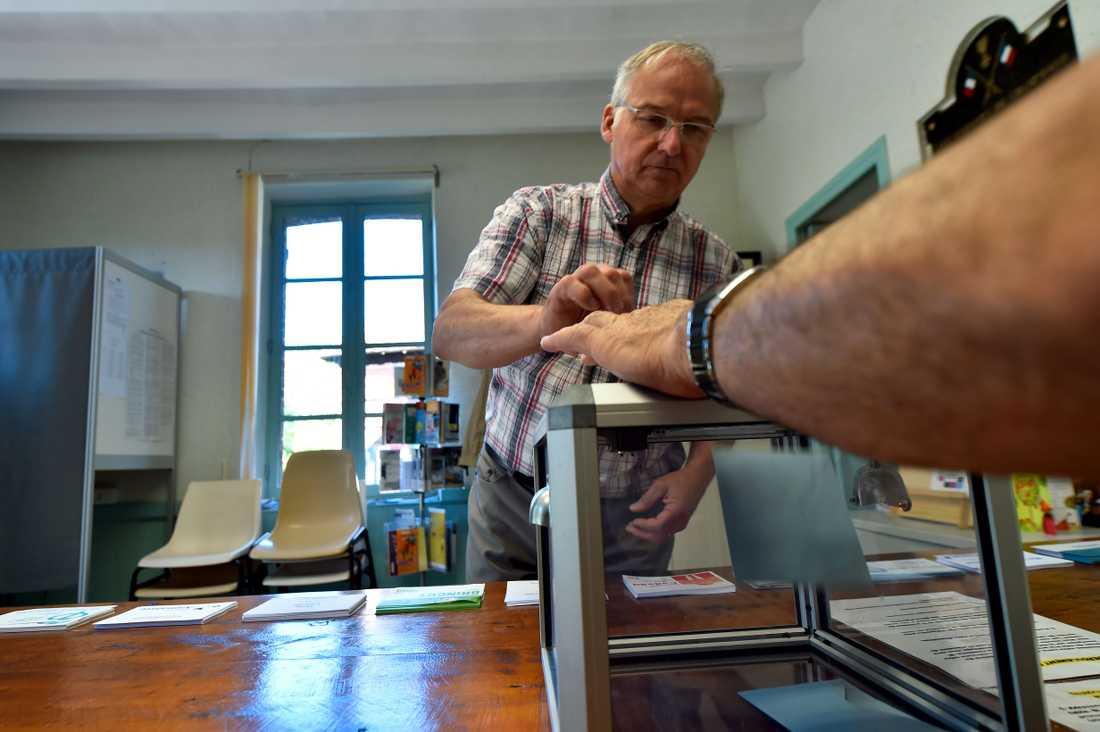 En väljare röstar i Champrond på söndagsmorgonen.