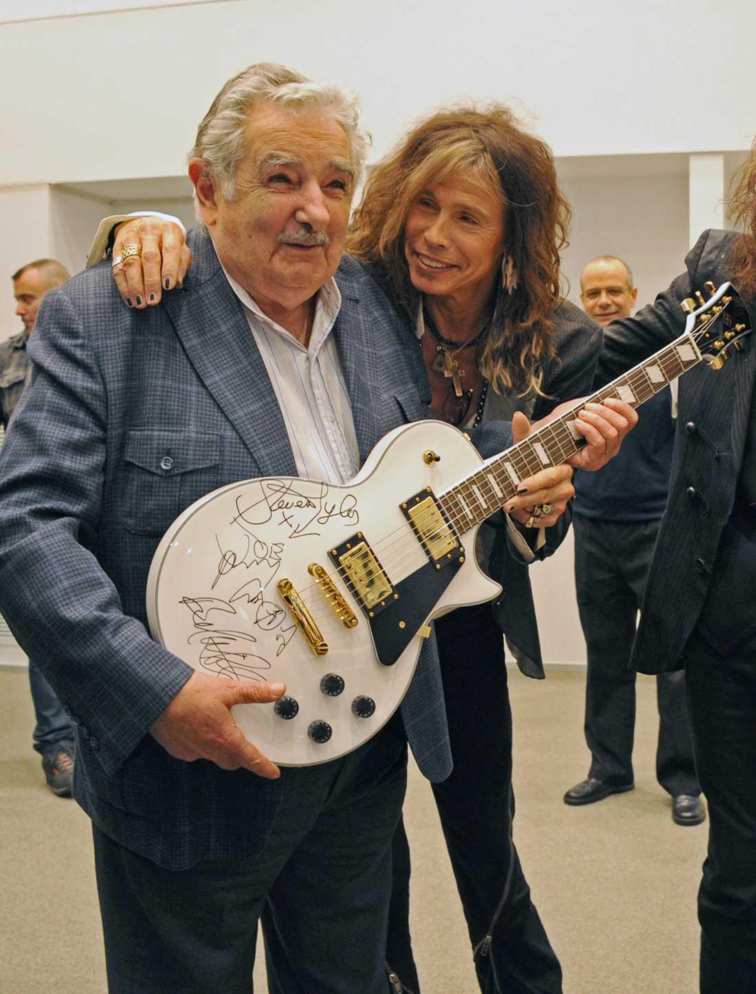 Här syns Jose Mujica tillsammans med Aerosmiths Steven Tyler.