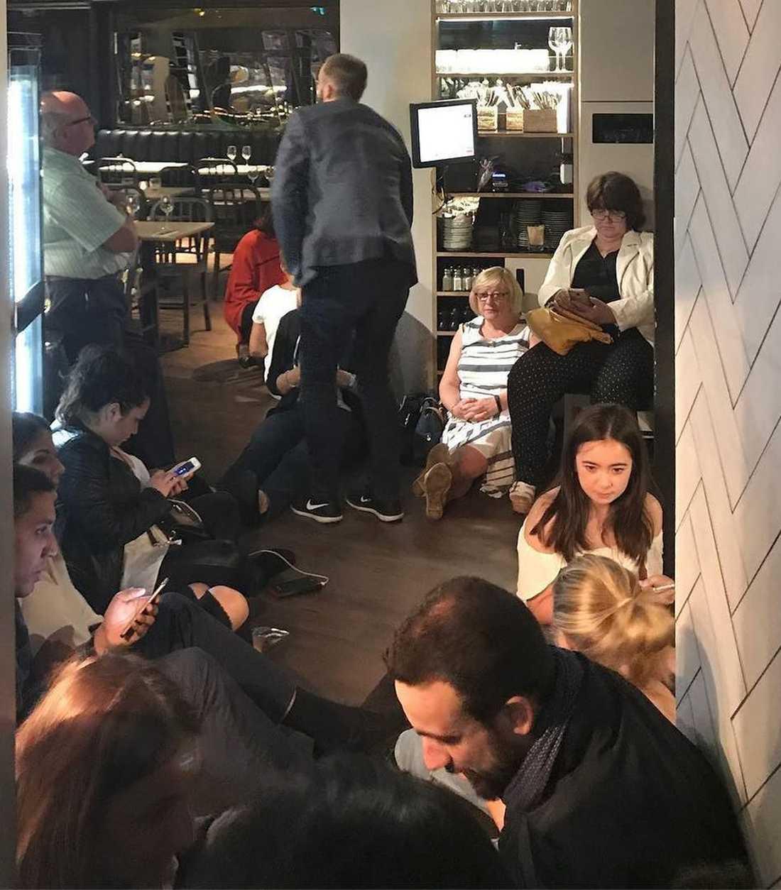 Människor tas skydd inne på restaurang  Fish! i Borough Market området i samband med terrorattentatet vid London Bridge 3 juni 2017.
