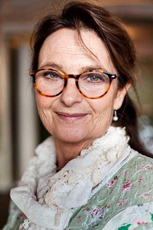 Suzanne Reuter, 59 Höga krav och hård stress drev den populära skådespelerskan Suzanne Reuter, 59, in i alkoholism. Barnen fick henne att inse att missbruket måste upphöra. Hon fick hjälp av Anonyma alkoholister. I maj 2004 avslöjade hon inför en förvånad publik att hon var alkoholist, men redan då nykter sedan fyra år.