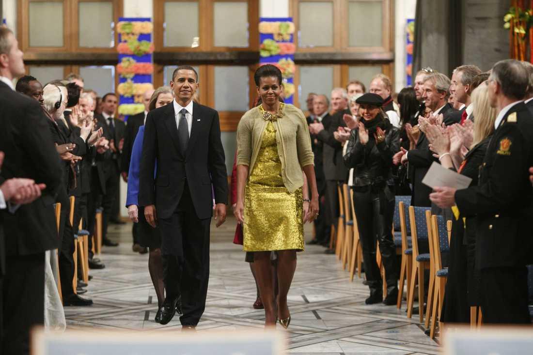 Guldklänningen, i design av Calvin Klein, under utdelningen av Nobels fredspris 2009.