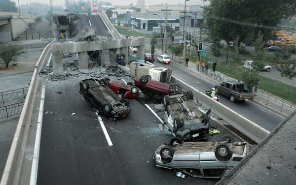 En bro i santiago kollapsade under morgontrafiken när skalvet slog till.
