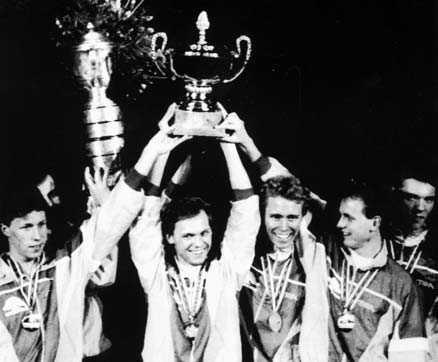 KNÄCKTE KINA Waldner, Appelgren, Persson, Lindh och Karlsson efter undret i Dortmund 1989.