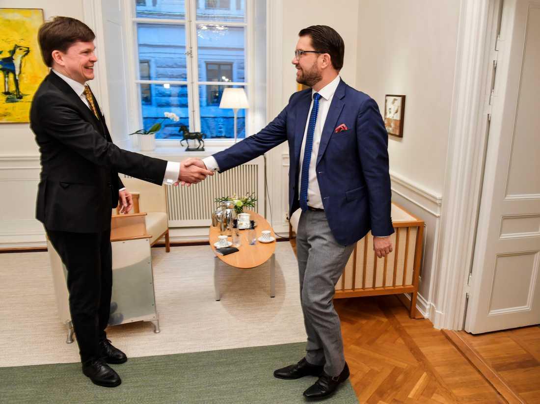 Riksdagens talman Andreas Norlén (M) hälsar på Sverigedemokraternas patiledare Jimme Åkesson (SD) inför deras möte i riksdagshuset.