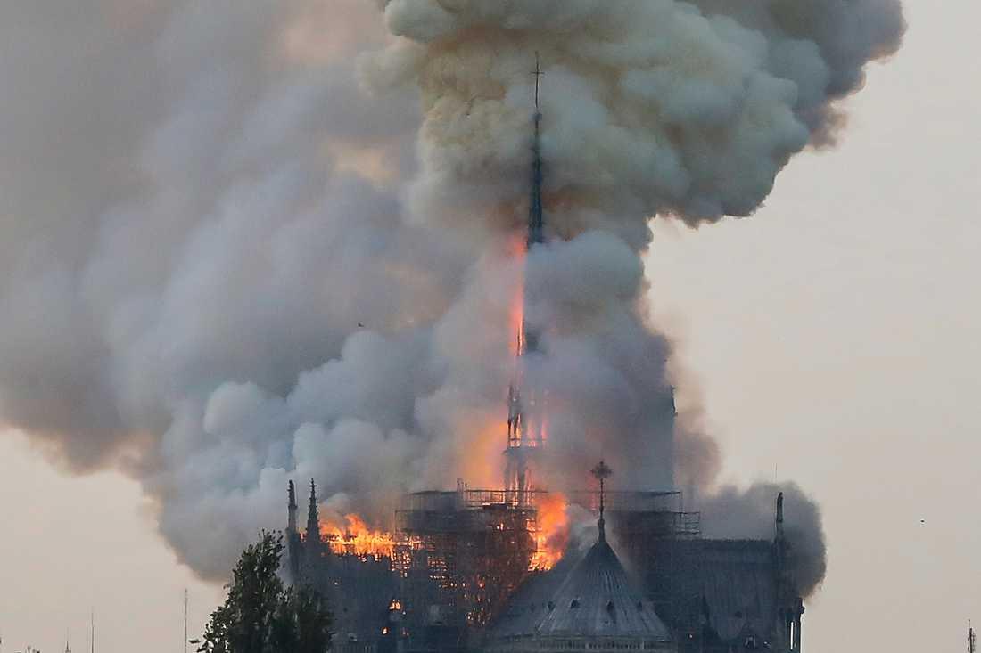 Huvudspiran på katedralen rasade samman i lågorna.