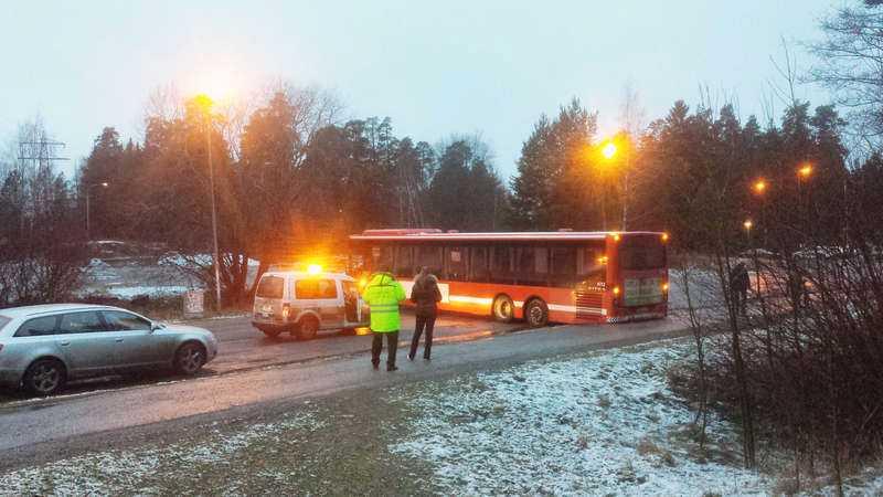 En buss fick sladd och blockerade vägen in till ett bostadsområde i Sollentuna.