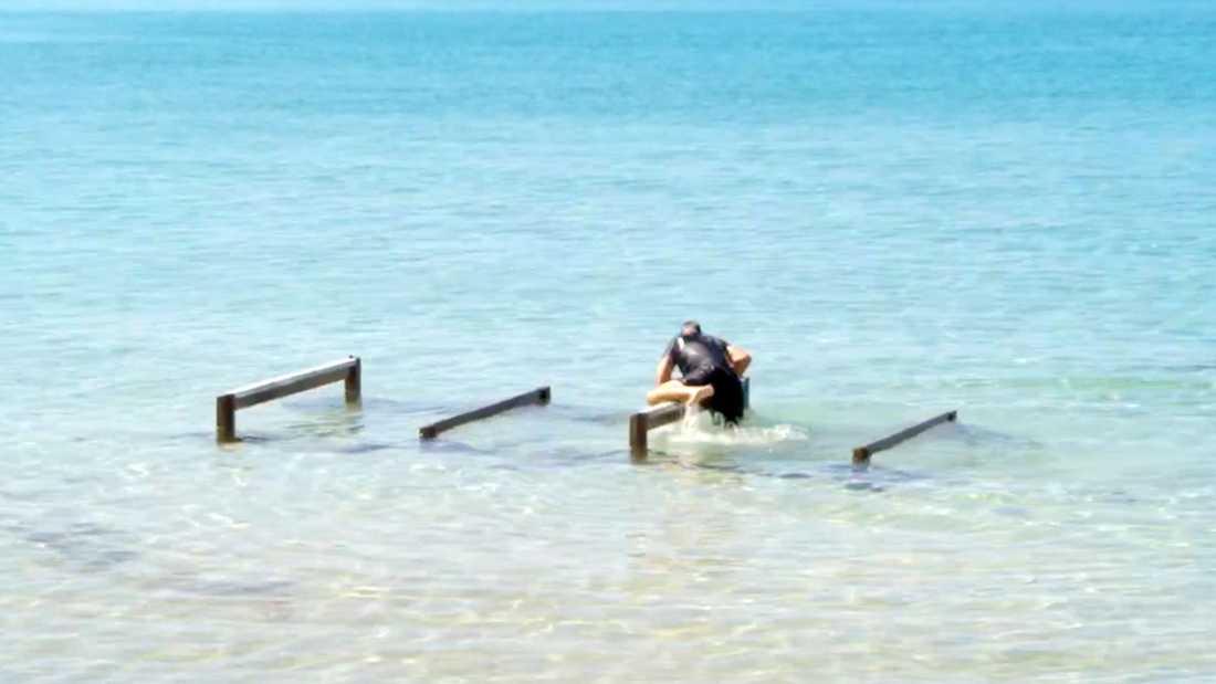 Tommy Salo ohjälpligt sist i grenen Jubelidioten, där det gäller att ta sig över och under hinder ute i vattnet.