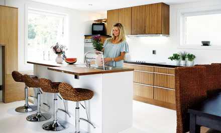 Köket i valnöt kommer från Kungsäter kök och kostade cirka 74?000 kr. Köksön är platsbyggd och kostade ungefär 14?000 kr. Barstolarna i köket kommer från www.vitaknutar.se.