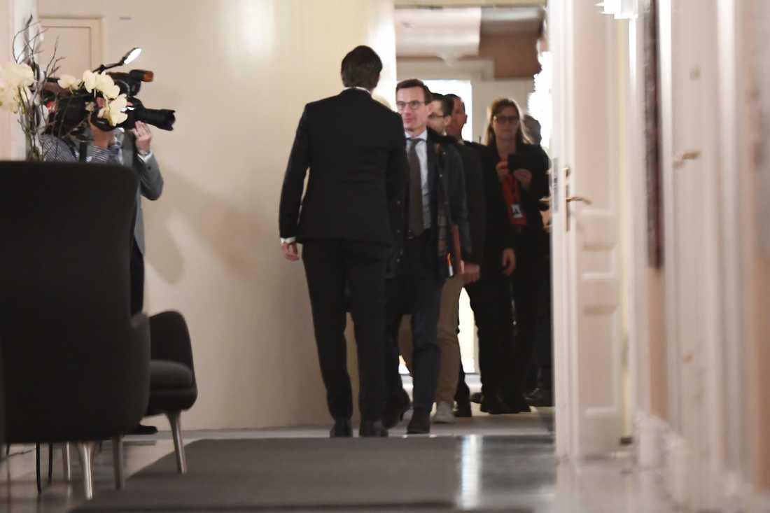 Ulf Kristersson (m) tas emot av talman Andreas Norlén.
