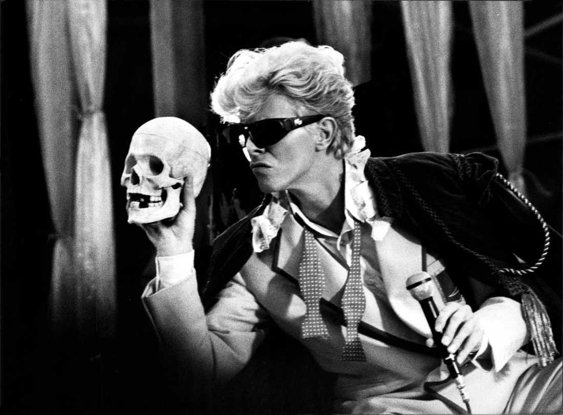 """David Bowie sjunger """"Cracked actor"""" på Ullevi i Göteborg den 11 juni 1983."""
