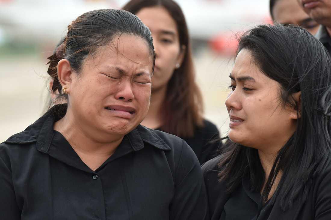 Anhöriga till Saman Gunan gråter vid en ceremoni.
