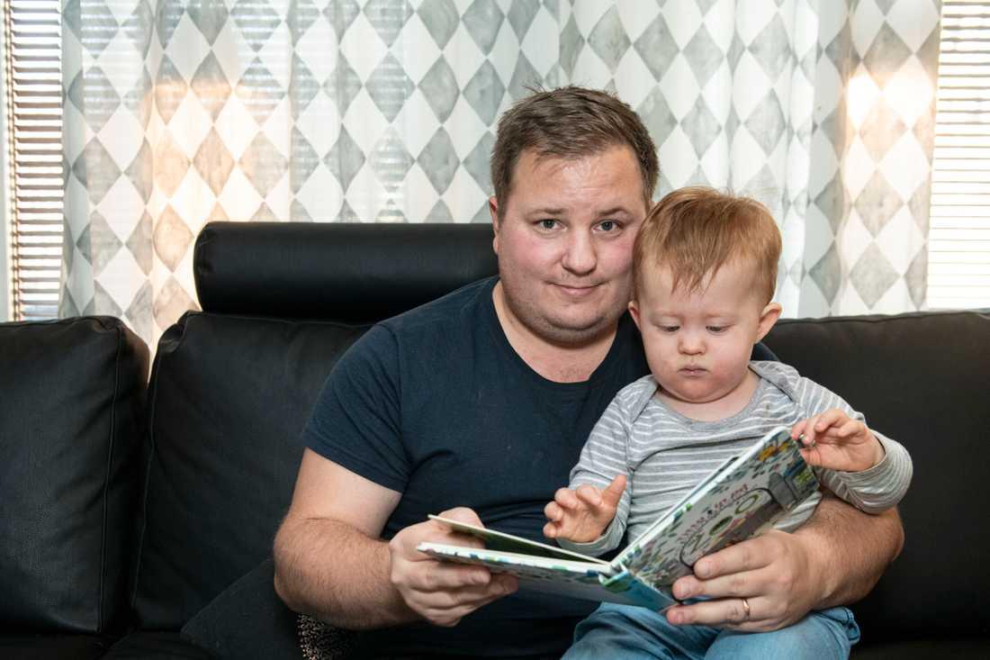 Småbarnspappa Marcus, 31, blev arbetslös när pandemin slog till. Sedan i juni har han väntat på besked från a-kassan.